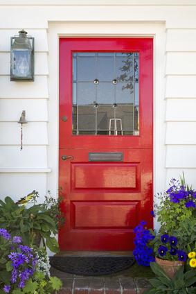 Eine rote Haustür zeigt wo's lang geht
